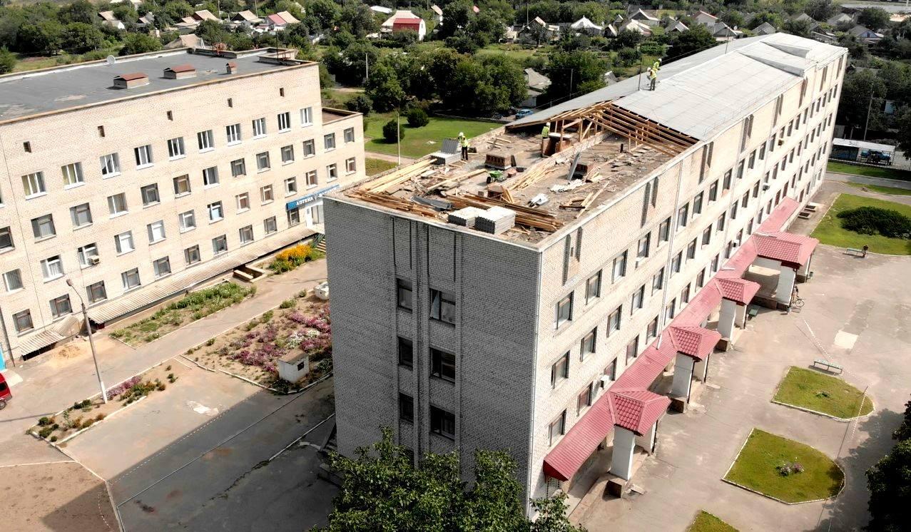 У поліклініці Вознесенської лікарні почався демонтаж даху